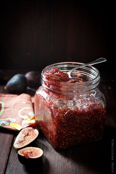 _melmelada de figues_ Delicious Shots: Fig Jam (or what I can do when I end up buying a kilo of figs because they always look so yummy! Fig Recipes, Canning Recipes, Salsa Dulce, Fig Jam, Jam And Jelly, Cupcakes, Food Storage, Sweet Tooth, Sweet Treats