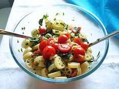 La ricetta dell'insalata di pasta è una gustosa ricetta estiva preparata con verdure fresche e mozzarella. Perfetta sia tiepida che fredda è un ottimo e nutriente primo piatto.