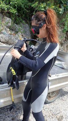 ♀️⛱ Scuba Wetsuit, Diving Wetsuits, Diving Suit, Scuba Diving Gear, Diving Lessons, Scuba Girl, Womens Wetsuit, Sport Girl, Sexy Women