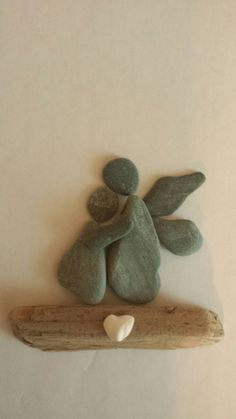 Pebble art guardian angel Pebble Pictures, Stone Pictures, Stone Crafts, Rock Crafts, Rock Sculpture, Rock And Pebbles, Rock Painting Designs, Sea Glass Art, Nature Crafts