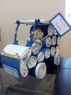 Lindo carrinho de fraldas!!! Acabamento perfeito! Em EVA e fitas de cetim. Pode ser inserida as frases que desejar... tanto na plaquinha do ursinho como na plaquinha do carro. Composto por: fraldas de ótima qualidade, que poderão ser utilizadas pelo bebê e Ursinho (consulte cores disponíveis) ...