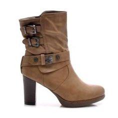 BOTKI na stĺpiku Topánky pre ženy na stabilný post. Trendy, štýlový dizajn. Ozdobnou sponou obuv dáva zaujímavý efekt. Vybavený uzáverom na zips. Malá plošinovka chráni nohu z chladnej zemi. Sťahované z kože pekné kožušiny. Skvelé pre ženské styling. Vhodné pre každý deň a večer. https://cosmopolitus.eu/product-pol-32218-BOTKI-NA-SLUPKU-0-12KH-S1-113P.html #damske #topanky #jesenne #topanky #topanky #vaky #pohodlna #topanka, #prakticky #pohornu #clenok