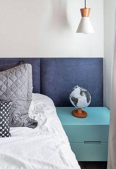 Cabeceira azul-marinho é destaque de quarto clássico