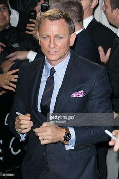 Daniel Craig arrives to attend the Spectre' Paris Premiere at Le Grand Rex on October 2015 in Paris, France. Daniel Craig Suit, Daniel Craig Style, Daniel Craig James Bond, James Bond Actors, James Bond Movie Posters, Actor James, Rachel Weisz, Sweatpants Style, Fashion Sweatpants