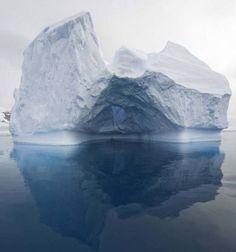 Passagem Gerlache, Antártica. As águas aqui são bem calmas. Então, por causa dessas águas com ondas leves, este icebergue foi esculpido em uma única forma. Raramente você vai ver dois do mesmo.