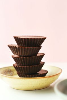 EASY VEGAN CHOCOLATE by Minimalist Baker: from a list of 15 easy vegan chocolate desserts perfect for Valentine's day. In this photo 5 round chocolates on a yellow plate. Vegan Chocolate, Chocolate Desserts, Vegan Desserts, Dessert Recipes, Chocolate Smoothies, Chocolate Shakeology, Homemade Chocolate, Chocolate Roulade, Chocolate Mouse