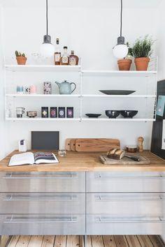 Se, hvordan træ, læder og marmor er mixet til perfektion hos Lill og Morten Office Desk, Corner Desk, Sweet Home, Shelves, Kitchen, Inspiration, Furniture, Design, Home Decor