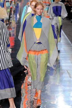 issey miyake /// Issey Miyake is een visionair en altijd op zoek naar innovatie. Hij studeerde graphic design aan de Tama Art University in Tokyo, en studeerde af in 1964. Zijn inspiratie haalt hij uit kunst, architectuur en ontmoetingen met mensen. Hij slaagt erin om traditie en avant-garde, purisme en kleur, natuur en cultuur, ambacht en technologie te combineren. Issey Miyake is een echte creatieve geest en staat bekend om zijn toepassing van technology in fashion en exposities.