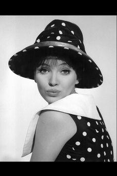 la tendencia blanco y negro en clave 60's con shopping e imágenes de la época: Anna Karina con estampado de lunares blancos