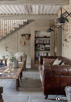 L'entreprise 'B. Gulli' a créer ce plafond provençal typique des habitations du Sud de la France et pose un sol en pierre grise d'Aubroch provenant de la 'Carothèque' à Lyon