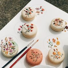 floral macarons💐💐 by its so beautiful! Baking Recipes, Dessert Recipes, Macaron Cookies, Flower Cookies, French Macaroons, Pink Macaroons, Macaroon Recipes, Cute Desserts, Dessert Decoration