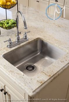 Granite Countertop Colonial Cream granite with cream cabinets - Cream Kitchen Cabinets, White Granite Kitchen, Quartz Kitchen Countertops, Kitchen Countertop Materials, Kitchen Backsplash, White Cabinets, Diy Countertops, Quartz Countertops Colors, Kitchen Basin