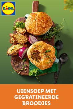 Uiensoep met een dakje van knapperig bladerdeeg geserveerd met broodjes gegratineerde kaas en verse kruiden. Crockpot Recipes, Soup Recipes, Dinner Recipes, Beef Steak, Super Healthy Recipes, Lidl, Brunch, Keto Dinner, Diy Food