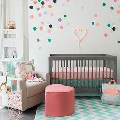 Quarto de Bebê Cinza com detalhes em rosa, azul e verde.  Veja mais em @marisasantina  www.marisasantina.com.br