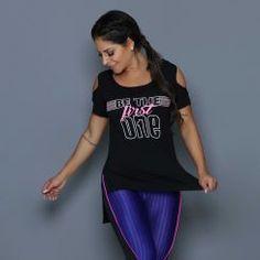Camiseta com modelagem super moderna que deixa seus ombros de fora, tornando a peça sensual e estilosa. Perfeita para compor seus looks de treino ou para quem gosta de uma camiseta mais comprida nas costas. Com estampa diferenciada.