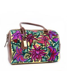 Bolsa hecha en México con ayuda de una comunidad de mujeres Chiapanecas. Bordado artesanal.