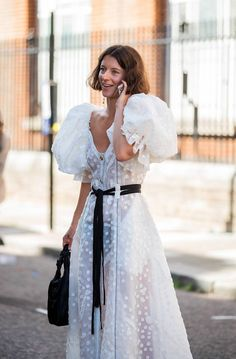 Puff Sleeve Dresses Are Trending All Over London Right Now London Fashion, 90s Fashion, Fashion Outfits, Spring Fashion, Fashion Trends, Emo Outfits, Fashion Weeks, Dress Fashion, Runway Fashion