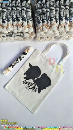 Tas Blacu Candy Shop Blacu Candy Bags at wholesale prices. The code for this product is This product uses Blacu Fabric. Regarding dimensions, which are about cm sell Wedding Welcome Bags, Diy Wedding Favors, Wedding Themes, Wedding Gifts, Wedding Invitations, Wedding Souvenir, Diy Souvenirs, Souvenir Ideas, Wedding Prep