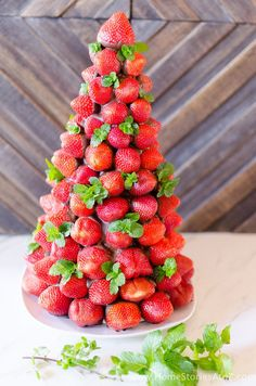 Christmas Desserts: Chocolate Covered Strawberry Christmas Tree - Home Stories A to Z Christmas Deserts, Cone Christmas Trees, Christmas Appetizers, Christmas Treats, Christmas Dishes, Christmas Cocktails, Christmas Fairy, Christmas Cakes, Christmas Cooking