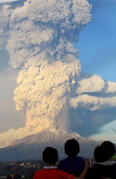 22日、チリ南部プエルトバラスから見たカルブコ火山の噴煙(ロイター=共同)