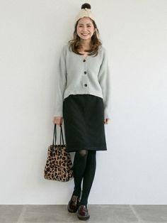 タイトすぎずふんわりすぎすない台形スカートはオトナコーデには必須♡    柔らかいカラーのカーディガ