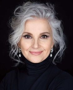 Choose beautiful gray hairstyles from our gallery based on your face shape, hair texture, preferred length, and hair experts' tips. Ash Gray Hair Color, Grey Hair Wig, Grey Ombre Hair, Long Gray Hair, Lace Hair, Cool Hair Color, Purple Ombre, Frontal Hairstyles, Wig Hairstyles