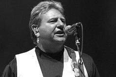 Умер Грег Лейк из King Crimson и ELP http://mnogomerie.ru/2016/12/08/ymer-greg-leik-iz-king-crimson-i-elp/  Грег Лейк Британский музыкант Грегори Лейк скончался в возрасте 69 лет. Об этом в четверг, 8 декабря, сообщил на официальном сайте музыканта его продюсер Стюарт Янг. Исполнитель умер 7 декабря после продолжительной борьбы с раком. Грегори Стюарт Лейк известен как участник рок-коллектива King Crimson и супергруппы Emerson, Lake and Palmer (ELP). В обеих группах он […] {{AutoHashTags}}