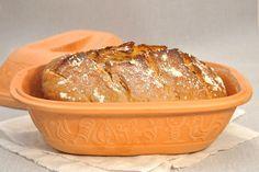 Er fehlte mir bisher noch in meiner Brot-Back-Form-Sammlung: der Römertopf! Ich bekam ihn Anfang des Jahres von unseren Freunden geschenkt, die sich zuerst gar nicht sicher waren, ob ich darum überhaupt kochen würde - ich hätte ja den Thermomix. Aber ich habe mich natürlich riesig gefreut, denn ich wollte schon immer mal im Römertopf Brot backen! Frauke & Holly - auf diesem Wege nochmal vielen, vielen Dank!!