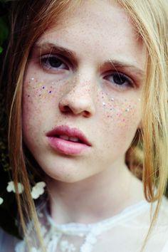 Make up freckles and sparkles Makeup Inspo, Makeup Inspiration, Beauty Make Up, Hair Beauty, Fake Freckles, Freckle Face, Glitter Makeup, Glitter Eyeshadow, Glitter Gel