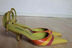 Lækre brasilianske skindsko m slingback og 7 cm hæl. Skoene er sammensat af friske sommerfarver og vil være flotte både til den rigtige kjole og til et par jeans. http://www.secondhand-festtoej.dk/shop/flerfarvede-slingbacks-783p.html