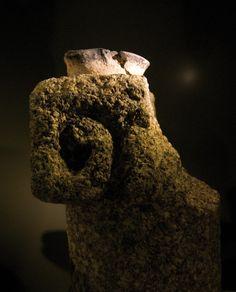 Objets domestiques du chateau de Mayenne; Musée: lampe apode sur support en pierre, 10-12°s
