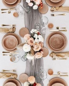 We love this natural yet polished table setting! Wedding Reception Decorations, Wedding Centerpieces, Wedding Table, Wedding Blog, Centerpiece Ideas, Rustic Wedding, Wedding Ideas, Ramadan Decoration, Decoration Table