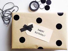包装紙に丸いシールを貼れば水玉模様になります。