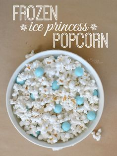 Watching FROZEN now that it's out on DVD? Make this FROZEN Ice Princess Popcorn. It's kind of the perfect movie watching snack for kids who can't get enough FROZEN! Disney Frozen Party, Frozen Party Snacks, Frozen Themed Birthday Party, Elsa Birthday, Birthday Party Snacks, 3rd Birthday, Birthday Ideas, Frozen Party Bags, Frozen Movie Party