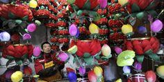 Il mercante onesto.  Un giovane cinese possiede bancarelle di fiori e lascia che ci si possa servire da soli. Il pagamento si basa sulla fiducia. (Reuters/Leo Lang)