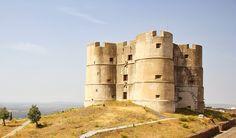 O mais estranho dos castelos de Portugal Places In Portugal, Visit Portugal, Portugal Travel, Spain And Portugal, Monuments, Castle Pictures, King's Landing, Amazing Buildings, Beautiful Castles