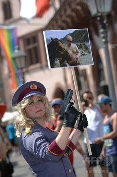 ドイツ・フランクフルト(Frankfurt)で行われた同性愛者への差別撤廃を訴える毎年恒例のイベント、クリストファー・ストリート・デー(Christopher Street Day、CSD)のパレードの参加者(2014年7月19日撮影)。(c)AFP/ANDREAS ARNOLD ▼20Jul2014AFP|ドイツ2都市でゲイパレード、差別撤廃など訴え http://www.afpbb.com/articles/-/3021016 #Frankfurt #Christopher_Street_Day_2014