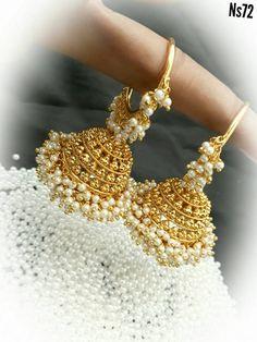 Waru 💛 Beautiful jumkhis with guttapusala hanging. Indian Jewelry Earrings, Indian Jewelry Sets, Fancy Jewellery, Jewelry Design Earrings, Gold Earrings Designs, Gold Jewellery Design, Ear Jewelry, Stylish Jewelry, Girls Jewelry