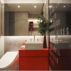 Banheiro, destaque para a bancada e gabinete em corian vermelho e cimento queimado revestindo a parede, lindo!!! Abuse das cores, ouse!! Projeto by @c_arq #bathroom #design #corian #red #cimentoqueimado #apartamento #decorado #cool #homedecor #homestyle #decora #recestimentos #interiordesign #arquiteta #criative #colors #cores #instaarch #fabiarquiteta #fabiarquitetainspira