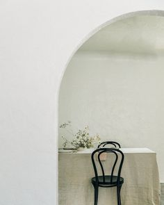 A beautiful approach to a minimalist table setting!
