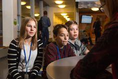 Jokaisessa Vantaan koulussa on pian Guru Café, jossa oppilaat opettavat tietotekniikkaa toisilleen ja opettajille.