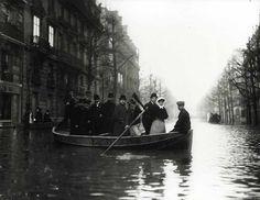Seeberger     La Traversée de Paris, Boulevard Haussmann, circa 1910. Tirage argentique postérieur, circa 1980. Tirage n°72/100 de la caisse Nationale des Monuments Historiques et Sites. 24 x 30 cm.