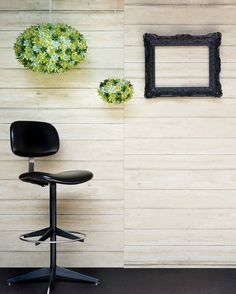 Black frame and Kartell's blooms. #Cornicenera  #blackframe #lampadari #blooms #kartell