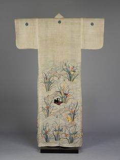 Summer kimono for a woman (katabira), ramie with freehand paste-resist dyeing (yūzen) and stencilled imitation tie-dyeing (suri-hitta); embroidery in silk and metal-wrapped threads, 1800 – Japanese Textiles, Japanese Kimono, Japanese Art, Summer Kimono, Textiles Techniques, The V&a, Japanese Embroidery, Museum Exhibition, Objet D'art