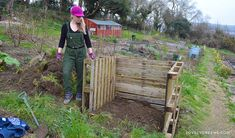 Composting How to build an Easy Wooden Compost Bin using pallets. A pallet compost bin takes ten minutes to build Wooden Compost Bin, Pallet Projects Signs, Used Pallets, Kitchen Waste, Organic Gardening Tips, Sustainable Gardening, Pallets Garden, Garden Projects, Garden Ideas