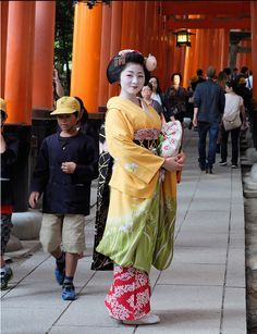 Maiko Satsuki in october (2014). She wear such a stunning hikizuri. It looks so good together with the Fushimi Inari Shrine