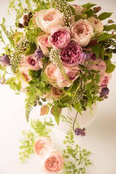 大切な人にバラの香りと美しさをを贈りませんか。 I'llonyが提案する香りのバラのブーケは 優雅な香りのローズと季節の葉物や副花材を合わせ、ナチュラルに束ねています。 *香りのバラの仕入れの関係のた…