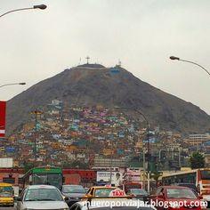 El colorido y muy bonito Cerro de San Cristobal en Lima