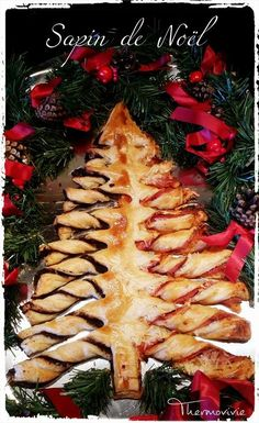 With the advent calendar, we have not yet had time to make our Christmas tree. So to catch up here it is in a puff pastry version for the aperitif . Ingredients: – 500 g of puff pastry (the recipe is here) – tapenade … Xmas Food, Christmas Cooking, Holiday Snacks, Christmas Treats, Tapenade, Tapas Menu, Sandwich Cake, High Tea, Street Food