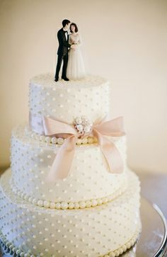 Classic Wedding Cake: Photo by Brooke Images via Style Unveiled.